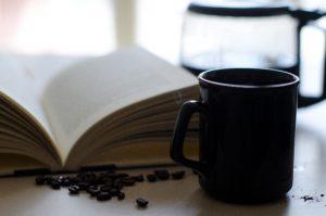 6、コーヒープレスと本